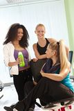Meisjes die bij de gymnastiek spreken Royalty-vrije Stock Fotografie