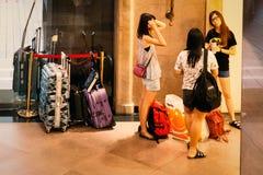 Meisjes die bij de hal van het Hotel wachten Royalty-vrije Stock Afbeeldingen