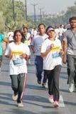 Meisjes die bij Hyderabad 10K Looppasgebeurtenis lopen, India Stock Afbeelding