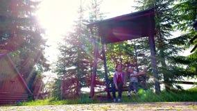Meisjes die bij in openlucht werf slingeren stock video