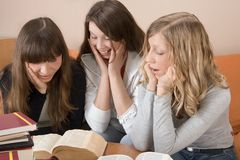 Meisjes die Boeken bekijken royalty-vrije stock afbeelding