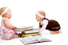 Meisjes die boeken lezen royalty-vrije stock afbeelding