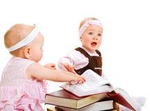 Meisjes die boeken lezen Royalty-vrije Stock Fotografie