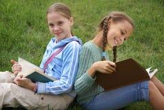 Meisjes die boeken lezen Stock Foto