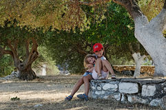 Meisjes die in boomgaard spelen Royalty-vrije Stock Foto's