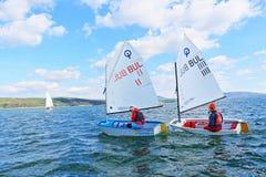 Meisjes die boten het rennen varen Royalty-vrije Stock Afbeeldingen