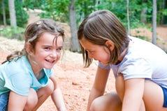 Meisjes die/buiten spelen Stock Afbeelding