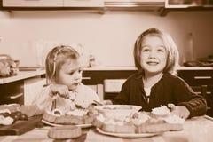 Meisjes die cakes eten Stock Afbeeldingen