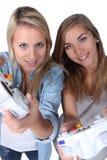 Meisjes die computerspelen spelen Stock Afbeeldingen
