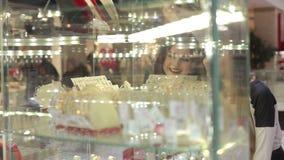 Meisjes die de showcase met de juwelen bekijken stock videobeelden