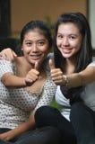 Meisjes die duimen stellen Royalty-vrije Stock Afbeeldingen