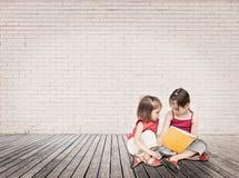 Meisjes die een boek lezen Stock Foto's