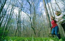 Meisjes die een bos doornemen Stock Afbeeldingen