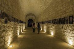 Meisjes die in een fotografische tentoonstelling lopen royalty-vrije stock afbeelding