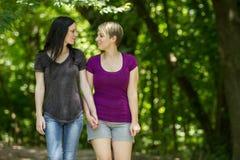 Meisjes die een gang nemen door het horizontale park, Royalty-vrije Stock Fotografie