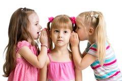 Meisjes die een geïsoleerd geheim delen royalty-vrije stock foto