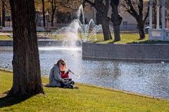 Meisjes die een Onderbreking in het Park hebben Royalty-vrije Stock Fotografie