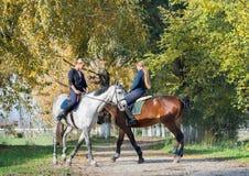 Meisjes die een paard berijden Royalty-vrije Stock Afbeelding