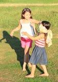 Meisjes die een spel spelen Stock Foto's