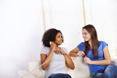 Meisjes die een telefoon met behulp van Stock Afbeelding