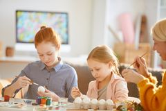 Meisjes die Eieren schilderen voor Pasen royalty-vrije stock afbeeldingen