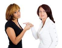 Meisjes die elkaar beschuldigen Stock Fotografie