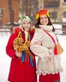 Meisjes die festival Maslenitsa vieren stock foto