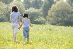 Meisjes die in field2814 lopen Stock Afbeelding