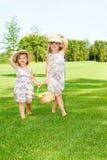 Meisjes die fruitmand dragen stock afbeeldingen