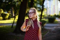 Meisjes die in glazen selfie op de straat maken royalty-vrije stock afbeelding