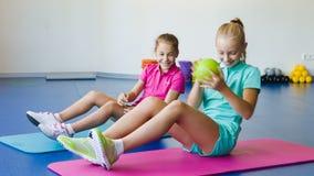 Meisjes die gymnastiek- oefeningen doen of in geschiktheidsklasse uitoefenen stock video