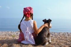Meisjes die haar hond omhelzen Stock Afbeeldingen