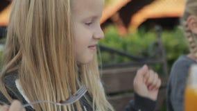 Meisjes die heerlijke desserts eten bij de koffie stock footage
