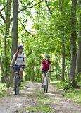Meisjes die in het bos biking Stock Foto