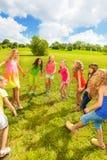 Meisjes die in het park dansen Stock Foto