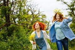 Meisjes die in het park lopen Royalty-vrije Stock Foto
