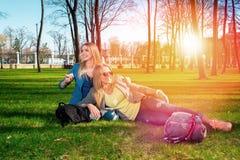 Meisjes die in het park ontspannen Stock Foto's