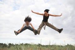 Meisjes die in het park springen stock afbeeldingen