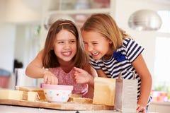 Meisjes die Ingrediënten eten terwijl het Maken van Kaas op Toost Royalty-vrije Stock Afbeelding