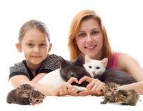 Meisjes die katten koesteren Royalty-vrije Stock Afbeeldingen