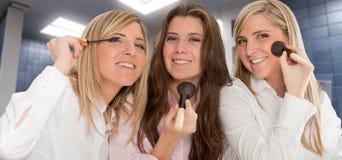 Meisjes die klaar worden Stock Foto's