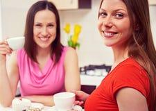Meisjes die koffie en het spreken drinken Royalty-vrije Stock Afbeeldingen