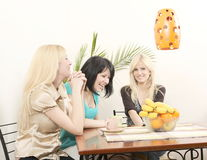 Meisjes die koffie drinken en pret hebben Stock Foto