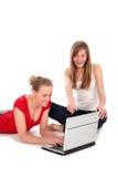 Meisjes die laptop met behulp van Stock Foto