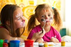 Meisjes die met het schilderen spelen Stock Afbeeldingen