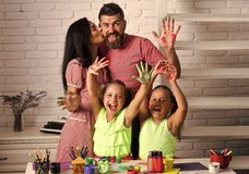 Meisjes die met kleurrijke verven trekken stock afbeelding