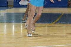 Meisjes die met rolschaatsen tijdens de artistieke kunstschaatsenconcurrentie schaatsen Mening van de benen Royalty-vrije Stock Afbeeldingen