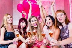 Meisjes die in nachtclub partying Royalty-vrije Stock Foto's