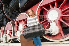 Meisjes die op binnen het landen op het platform wachten Royalty-vrije Stock Foto