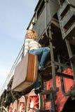 Meisjes die op binnen het landen op het platform wachten Stock Foto